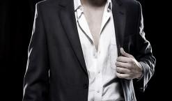 Chemise ouverte sur un costume : bonne ou mauvaise idée ?