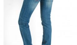 Offrir un jeans à une femme